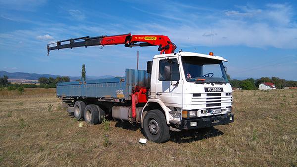 камион с кран бял