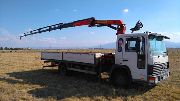 волво камион с платформа за пътна помощ