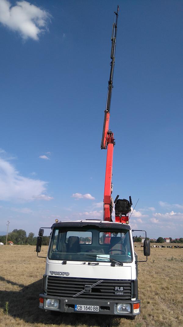 волво камион с кран и платформа