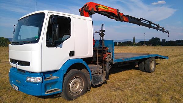 камион рено с голяма платформа и кран за пътна помощ