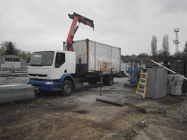 рено камион синьо бял с кран и платформа за пренос на метално контеинери