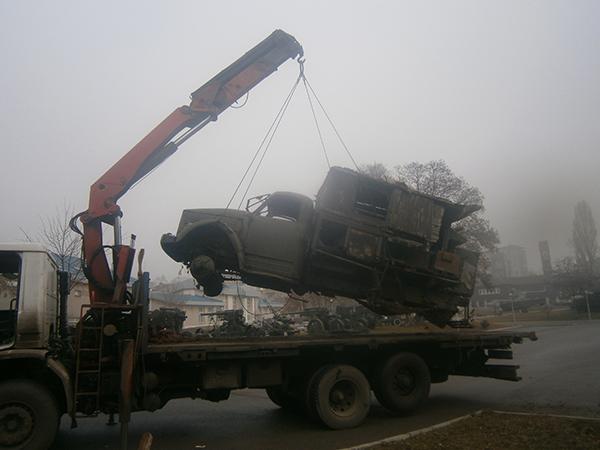 повдигане на камион с кран и поставяне  върху платформа