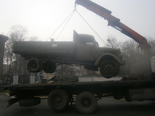 камион с кран за повдигане