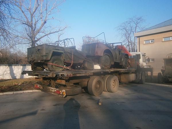 камион с патформа с 2 превозни средства едно зад друго
