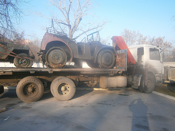 бял камион с платформа за преовозни средства